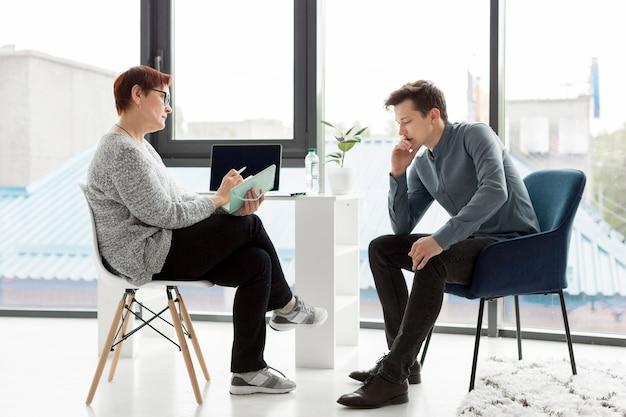 Długie ujęcie pacjenta i psychologa