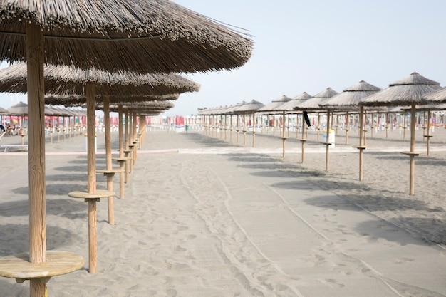 Długie ujęcie parasole na plaży kurortu