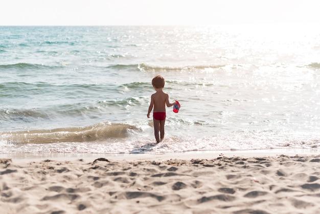 Długie ujęcie z dzieckiem w wodzie