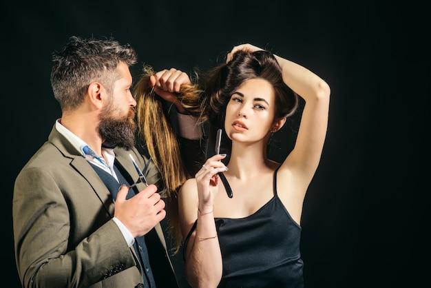 Długie włosy. fryzura modowa. fryzjer, salon kosmetyczny. mistrz fryzjerski wykonuje fryzury i stylizacje. fryzjer wykonuje fryzurę.