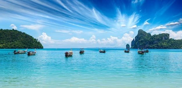 Długiego ogonu łódź na plaży na zmierzchu