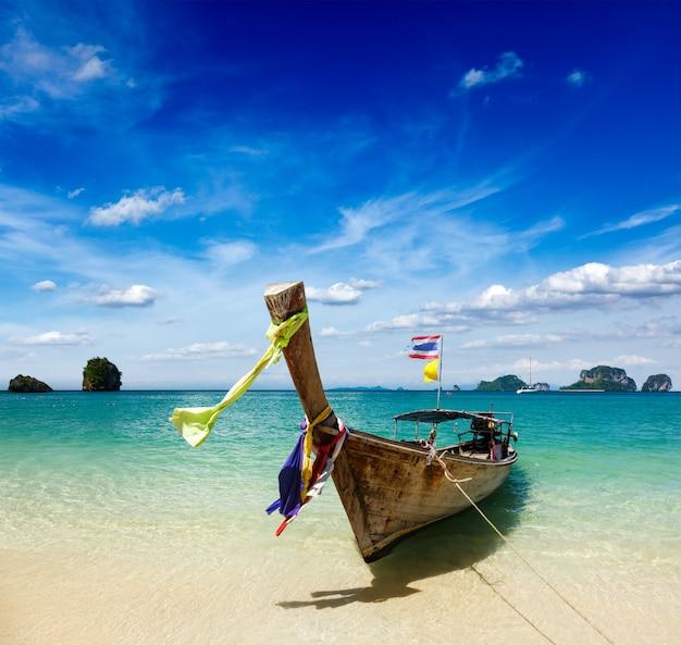 Długiego ogonu łódź na plaży, tajlandia