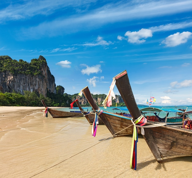 Długiego ogonu łodzie na plaży, tajlandia