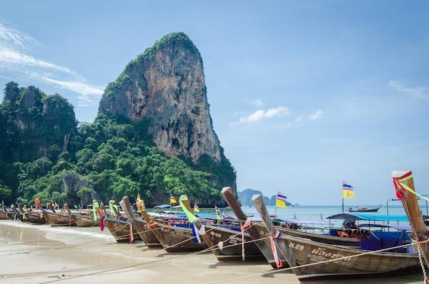 Długiego ogonu łodzie w railay plaży, tajlandia.