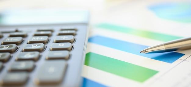 Długopis dokumentuje statystyki finansowe
