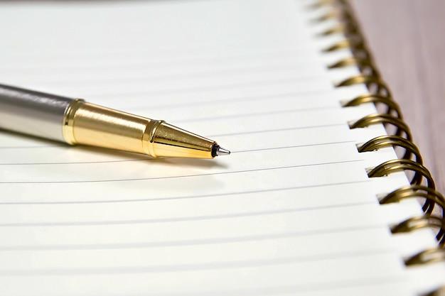 Długopis i notatnik do robienia notatek.
