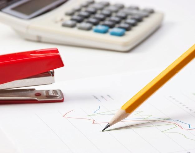 Długopis i papierkowa praca ze schematem