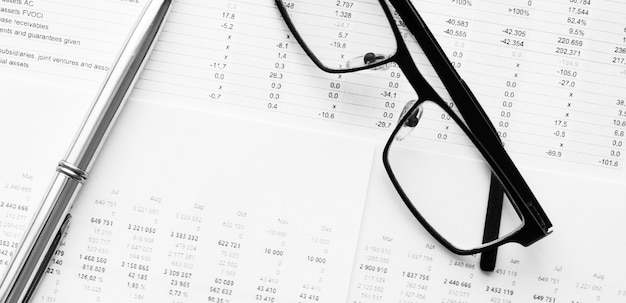 Długopis leżący na danych finansowych. koncepcja badań biznesowych i finansowych.