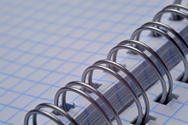 Długopis na otwartym notatniku spiralnym, makro