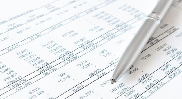 Długopis na papierach finansowych. pomysł na biznes. dostępne środki finansowe