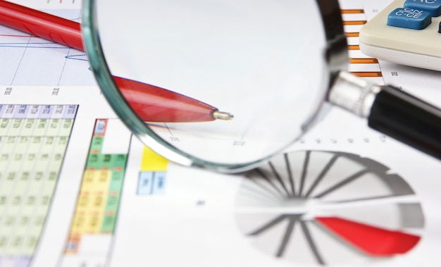 Długopis, szkło powiększające i papier roboczy ze schematem