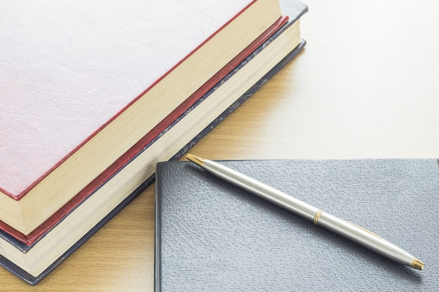 Długopis włożony do notebooka