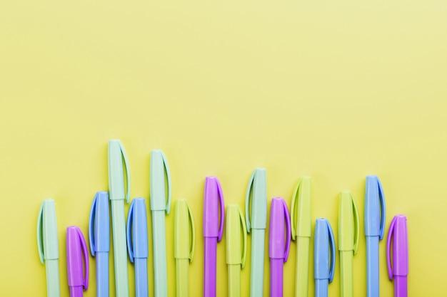 Długopisy wielokolorowe na żółto z wolnym miejscem.