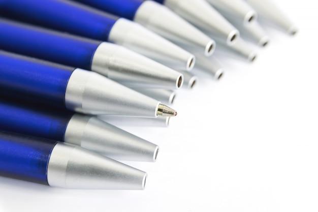 Długopisy z niebieskim trzonkiem