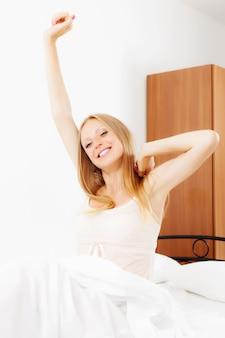 Długowłosa kobieta budzi się w domu