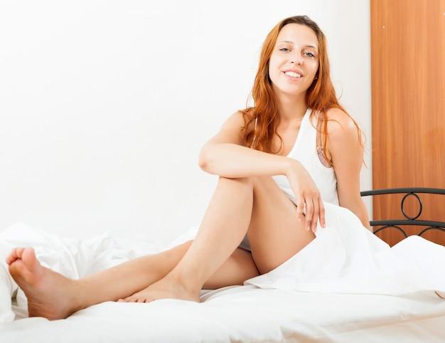 Długowłosa kobieta budzi się