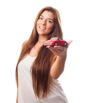 Długowłosy piękności z malutkim samochodzie