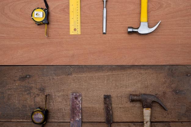 Dłuto hamer taśma miernicza linijka kolekcja starych i nowych narzędzi ręcznych do obróbki drewna na szorstkim drewnianym stole warsztatowym