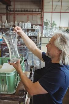 Dmuchacz szkła bada szkło laboratoryjne