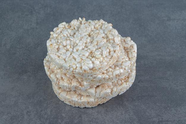 Dmuchane ciastka ryżowe na marmurze.