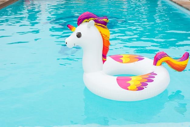 Dmuchany pływak w kształcie kolorowego jednorożca w basenie