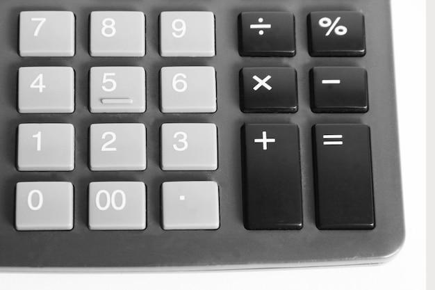 Dna kalkulatora z bliska na białym tle