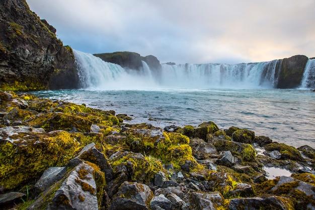Dno wodospadu godafoss z zachodem słońca w tle, islandia