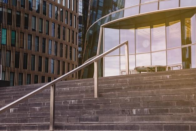 Do budynku biznesowego w dzielnicy biznesowej prowadzą betonowe schody. schody do fasad wieżowców