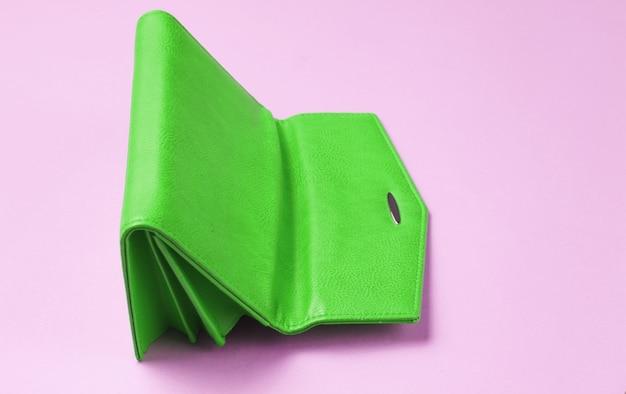 Do góry nogami zielony skórzany portfel w kolorze różowym