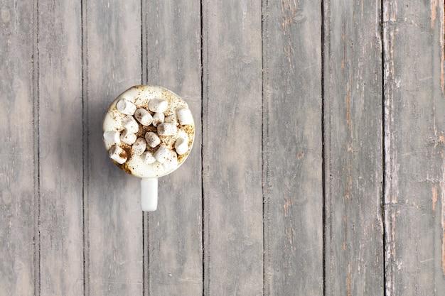 Do góry widok włoskiego cappuccino na ciemnym drewnianym stole vintage. dodano miejsce kopiowania tekstu, odpowiednie dla tła koncepcji jedzenia lub picia.