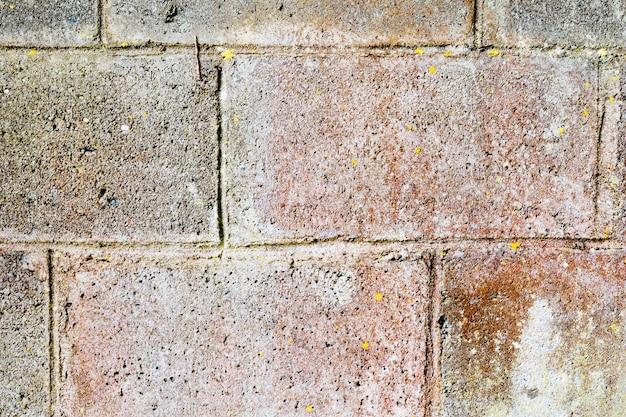 Do muru z kamienia nie używa się cementu tylko zbudowanego.