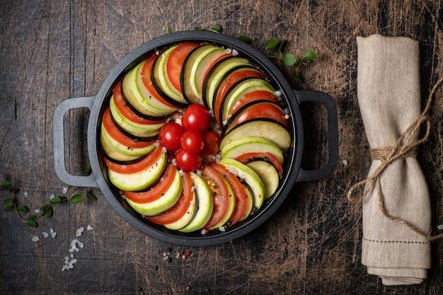 Do pieczenia w piekarniku przygotowuje się różnorodne warzywa sezonowe