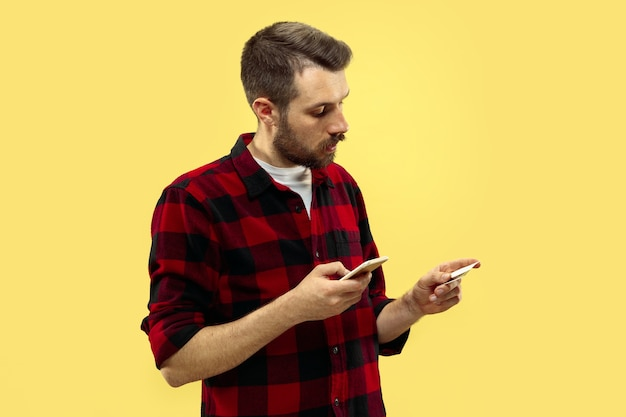 Do połowy długości bliska portret młodego człowieka w koszuli na żółtej przestrzeni. ludzkie emocje, koncepcja wyrazu twarzy. przedni widok. modne kolory. negatywna przestrzeń