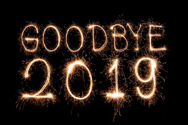 Do widzenia 2019ï tekst kreatywny szczęśliwego nowego roku napisane musujące musujące na białym tle
