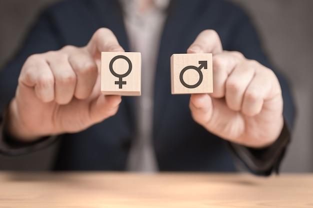 Do wyboru między mężczyzną a kobietą trzymaj dwie drewniane kostki ze znakiem męskim i żeńskim