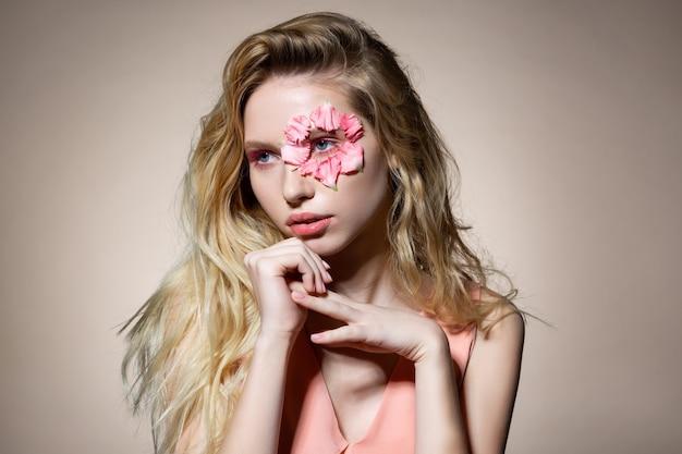 Do wydania magazynu. młoda piękna kobieta z blond falującymi włosami pozuje do wiosennego wydania magazynu