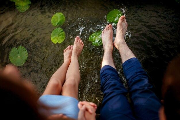 Dobiera się bryzgać ich nogi w wodzie przy zmierzchem