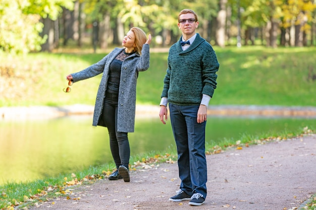 Dobiera się opowiadać poważnie outdoors w parku z zielonym tłem
