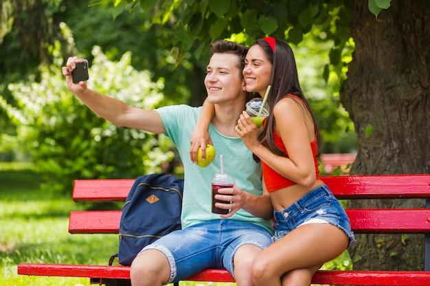 Dobiera się trzymać zdrowego jedzenie bierze jaźń portret w parku