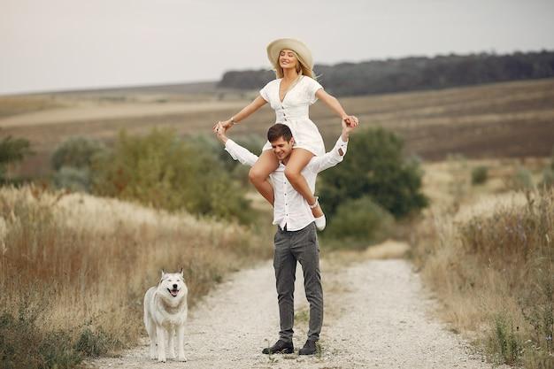 Dobiera się w jesieni polu bawić się z psem