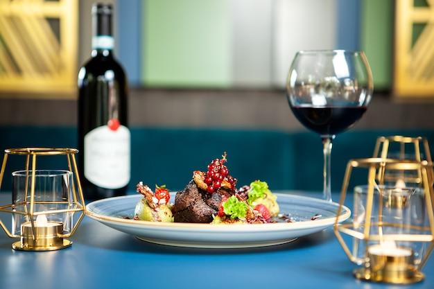 Dobra kuchnia w luksusowym salonie. kaczka z czerwonym winem