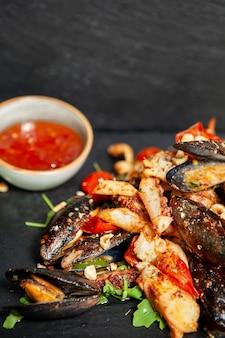 Dobra kuchnia z owocami morza w restauracji. pyszne jedzenie