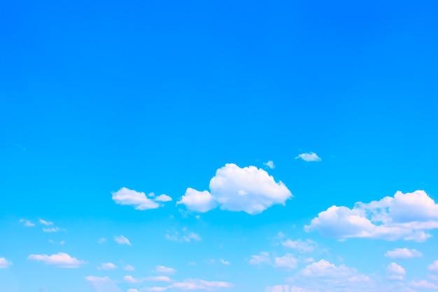 Dobra pogoda - błękitne niebo z białymi chmurami - tło z miejscem na własny tekst