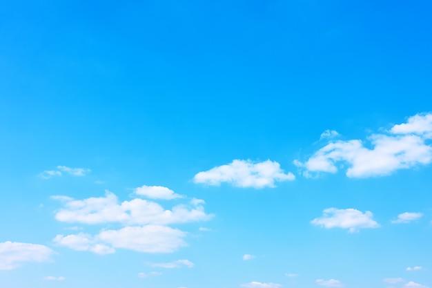 Dobra pogoda - prawie czyste błękitne niebo, tło z miejscem na tekst