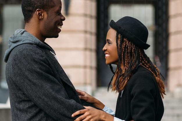 Dobra wiadomość dla afroamerykanów. szczęśliwa para. stylowi młodzi ludzie, delikatne przytulanie, klimatyczny moment, szczęście i udana koncepcja randki