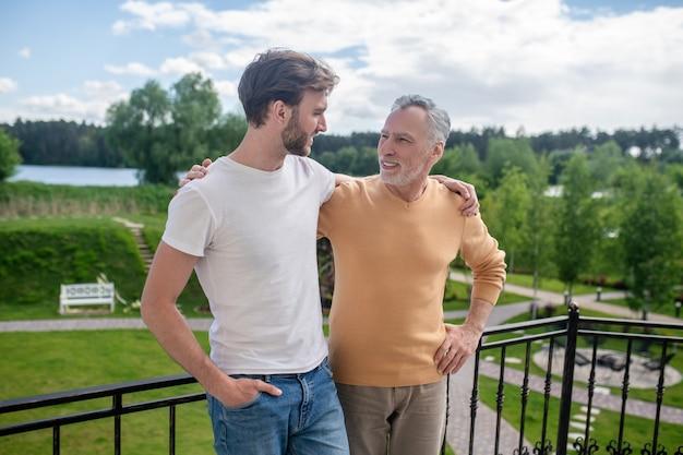 Dobre chwile. tata i syn spędzają weekend na wsi i wyglądają na zadowolonych