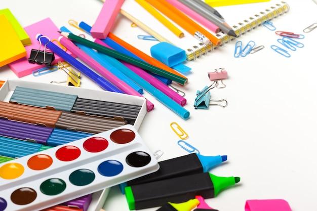 Dobre przygotowanie do przedmiotów szkolnych. akcesoria szkolne z kolorowej plasteliny, ołówków w wielu kolorach