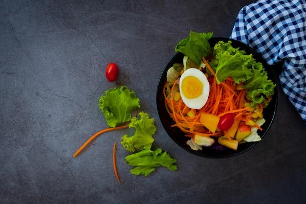 Dobre zdrowie i koncepcja wegetariańska, zdrowa sałatka jarzynowa zielonych świeżych warzyw