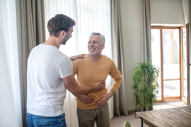 Dobry czas razem. młody mężczyzna spędzający czas z tatą i czujący się dobrze