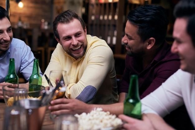 Dobry dzień spędzony z przyjaciółmi w pubie